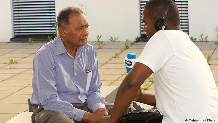 Prof. Farouk Topan (kushoto) akizungumza na Mohammed Khelef.