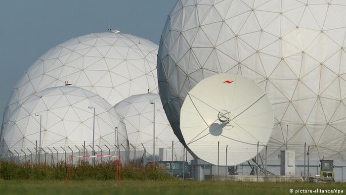 Antennen, die an gigantische Fußbälle erinnern. Die Abhör-Station Bad Aibling.