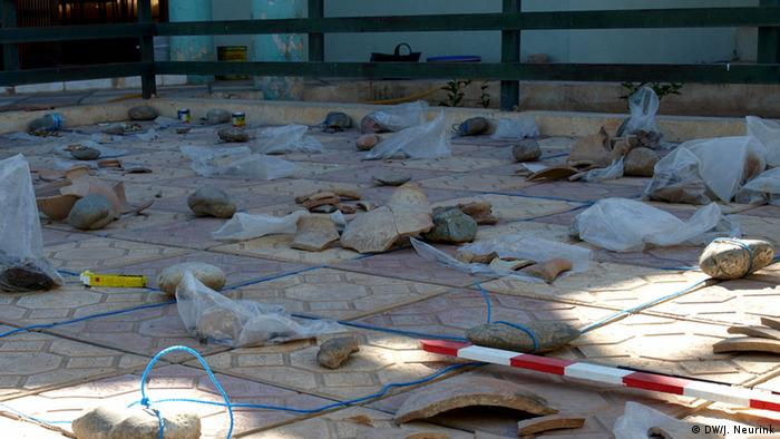 artifacts laid out on the ground copyright: Judit Neurink