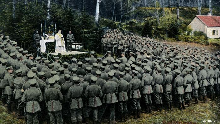 Postkarte: Katholischer Feldgottesdienst für deutsche Soldaten in den Vogesen (1915) - Foto: Ullstein
