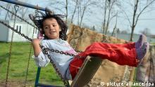 Ein Mädchen schaukelt am 09.04.2013 in der Roma-Siedlung Makis in der Nähe von Belgrad. Foto: Britta Pedersen/dpa