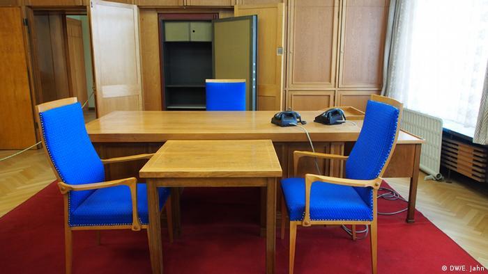 Der Schreibtisch des DDR-Ministers für Staatssicherheit Erich Mielke mit zwei Telefonen in der ehemaligen Stasi-Zentrale, davor steht ein Tisch mit zwei Stühlen