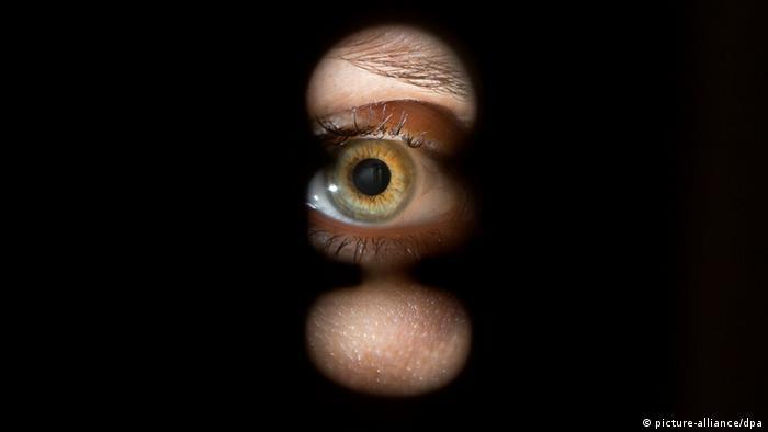 Symbolbild Spionage Schlüsselloch Auge (picture-alliance/dpa)