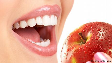 Gesundheit Ernährung Frau ißt Apfel