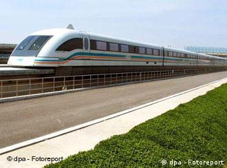 Ein Transrapid schwebt am 8.3.2004 über die Trasse in Schanghai. Die Schwebebahn hatte dort am 29.12.2003 ihren regulären Betrieb aufgenommen. Das deutsche Transrapid-Konsortium kann auf den Bau einer neuen Strecke der Magnetschnellbahn in China hoffen. Die ostchinesischen Metropolen Schanghai und Hangzhou seien nicht weit von einer grundsätzlichen Einigung entfernt, eine 200 Kilometer lange Verbindung mit der Magnetbahn bauen zu wollen, erfuhr die Deutsche Presse-Agentur (dpa) in Peking am 6.3. Die Strecke soll eine Verlängerung der bestehenden Flughafenverbindung in Schanghai werden.