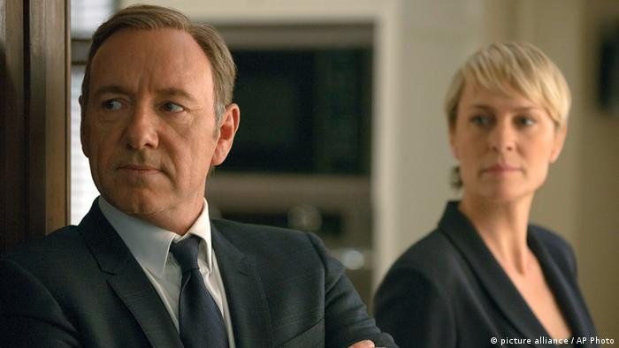 Kevin Spacey as Francis Underwood, left, and Robin Wright as Clair Underwood in a scene from House of Cards (picture alliance / AP Photo)