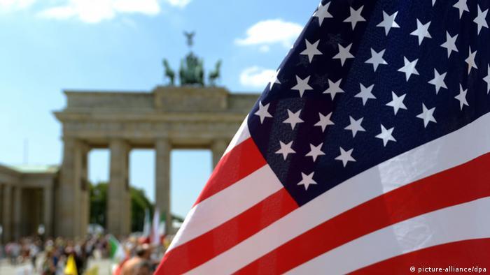 USA Fahne Brandenburger Tor Berlin