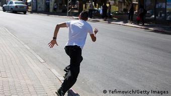 Ein Israeli in Sderot sucht Zuflucht vor einem Raketenangriff aus dem Gaza-Streifen (Foto. Getty Images)