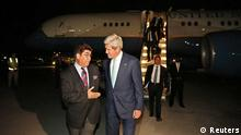 U.S. Secretary of State John Kerry talks with Afghanistan's Ministry of Foreign Affairs chief of protocol Ambassador Hamid Siddiq (L) as Kerry arrives at Kabul International airport in Kabul, July 11, 2014. Kerry is expected to meet with Afghanistan's President Kharzai as well as both candidates in Afghanistan's recent presidential election. REUTERS/Jim Bourg (AFGHANISTAN - Tags: POLITICS) (eingestellt von qu)