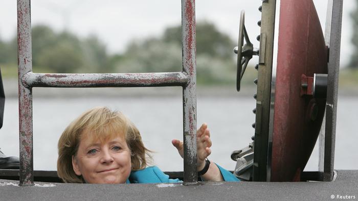 Mulher saindo de submarino