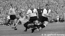 Bildnummer: 10415583 Datum: 08.06.1958 Copyright: imago/Ferdi Hartung BR Deutschland - Argentinien 3:1 - Uwe Seeler (Mitte) und Horst Szymaniak (beide BRD) gegen Francisco Lombardo (2.v.li.) und Jose Varacka (beide Argentinien), dahinter Schiedsrichter Reg Leafe (England); 1202 Fussball Herren Nationalteam BRD DFB Länderspiel Vsw WM xdp ysf 1958 Malmö quer Image number 10415583 date 08 06 1958 Copyright imago Ferdi Hartung BR Germany Argentina 3 1 Uwe Seeler centre and Horst Szymaniak both Germany against Francisco Lombardo 2 v left and Jose both Argentina behind Referees Reg Leafe England Football men National team Germany DFB international match Vsw World Cup YSF 1958 Malmö horizontal