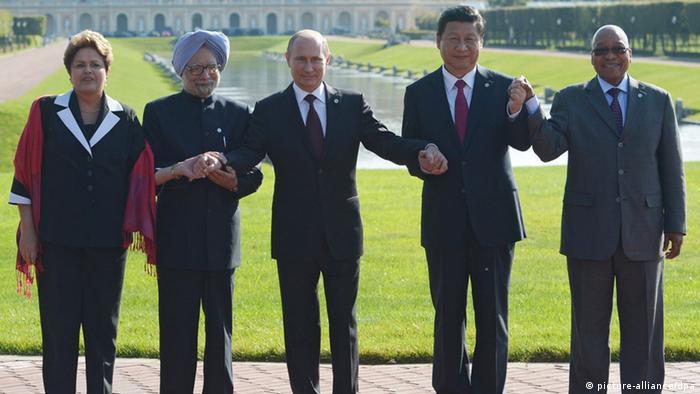 No encontro anterior do Brics, em S. Petersburgo, maio de 2013 (da esq. para a dir.): Dilma Rousseff, então premiê indiano Singh, presidentes Putin, Xi e Zuma