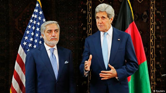 Waziri wa Mambo ya Nje wa Marekani, John Kerry (kulia) na kiongozi wa upinzani wa Afghanistan, Abdullah Abdullah.