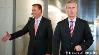 Der SPD-Obmann des Parlamentarischen Kontrollgremiums (PKG), Burkhard Lischka (l.) und der Vorsitzende des Parlamentarischen Kontrollausschusses, Clemens Binninger (CDU), in Berlin - Foto: Daniel Naupold (dpa)