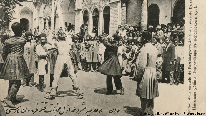 مجازات یک مجرم. تاریخ عکس: ۱۹۱۰ میلادی.