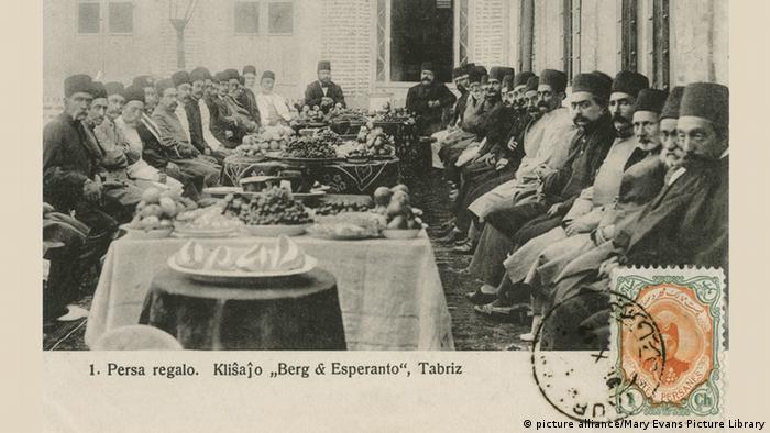 محمد علی شاه قاجار (نفر آخر سمت راست) به همراه وزرا و رجال وقت. تاریخ عکس: ۱۹۰۸ میلادی.