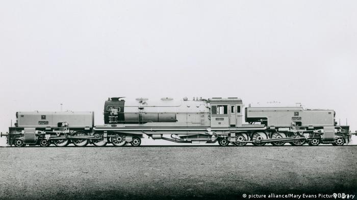 لوکوموتیو راه آهن سراسری ایران. تاریخ: ۱۹۴۰ میلادی.