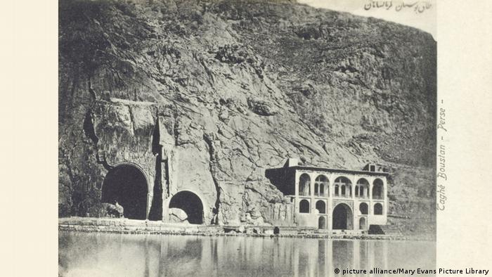 عکسی از طاق بستان در کرمانشاه. تاریخ عکس: ۱۹۱۰ میلادی.