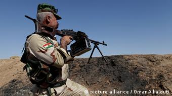 Kurdischer Peschmerga-Kämpfer sichert die Gegend um Kirkuk (Foto: Pacific Press)