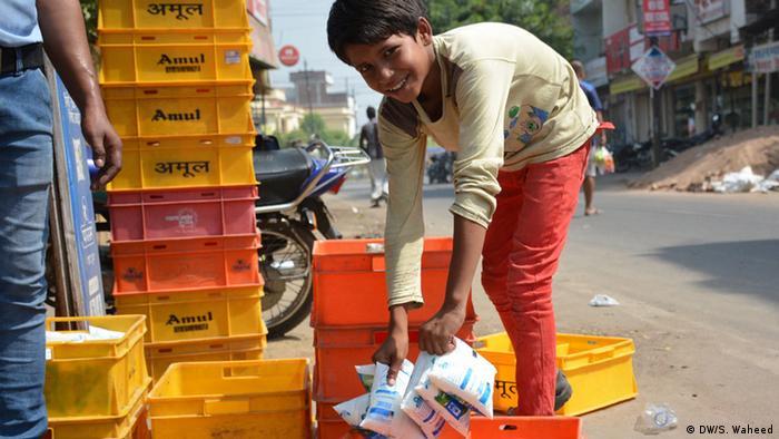 Indien Landwirtschaft Junge Milch Milchjunge (DW/S. Waheed)