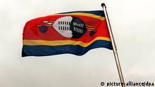 Die Flagge des Binnenstaates Swasiland im südlichen Afrika flattert im Wind. Aufgenommen in der Hauptstadt Mbabane im März 2002.