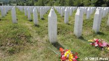 Bildbeschreibung: 8000 muslimische Jungen und Männer wurden im Juli 1995 im bosnischen Srebrenica von fanatisierten Serben ermordet - es war das größte Massaker in Europa seit Ende des Zweiten Weltkriegs. Der ehemalige bosnische Serbenführer Radovan Karadzic und der einstige Militärchef Ratko Mladic gelten als Hauptverantwortliche für den Genozid. Das Hauptdenkmal und der Friedhof für den Genozid von Srebrenica liegen in Potočari. Foto: Emir Musli/DW Korrespondent aus Srebrenica im Juli 2014