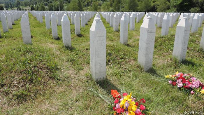 Spomenici na groblju u Potočarima
