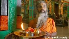 Hindu-Priester Siva Sri Paskarakurukkal posiert im Skri Kamadchi Ampal-Tempel im westfälischen Hamm (Foto vom 15.01.2006). Foto: Bernd Thissen +++(c) dpa - Report+++