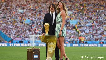 Former Spanish international Carles Puyol and model Gisele Bundchen, Copyright: Laurence Griffiths/Getty Images