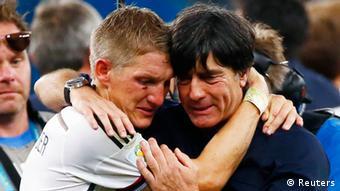 Après le match, l'émotion de Bastian Schweinsteiger et de l'entraîneur Joachim Löw