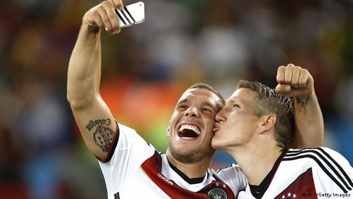 Podolski e Schweinsteiger tiram uma foto depois da final contra a Argentina no Maracanã