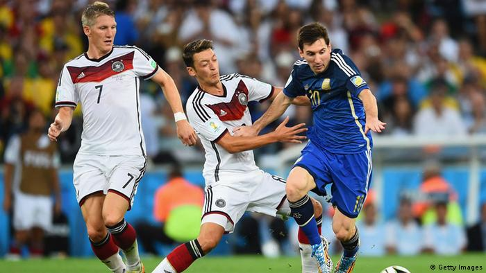 Mesut Özil (Mitte) und Lionel Messi (re.) (Foto: Matthias Hangst/Getty Images)