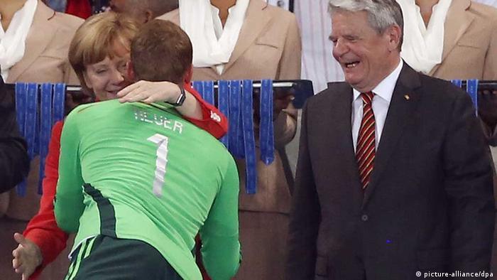 Ангела Меркель и Йоахим Гаук приветствуют Нойера после победы в Рио-де-Жанейро