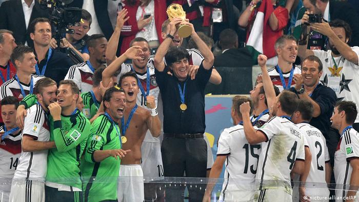 Löw ergue taça da Copa do Mundo no Brasil