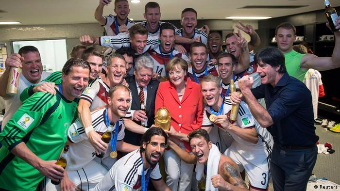 Fußball WM 2014 Brasilien Deutsche Fußballnationalmannschaft mit Angela Merkel und Joachim Gauck