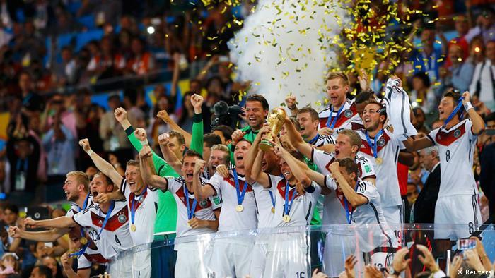 Fußball WM 2014 Brasilien Deutsche Fußballnationalmannschaft Jubel Pokal