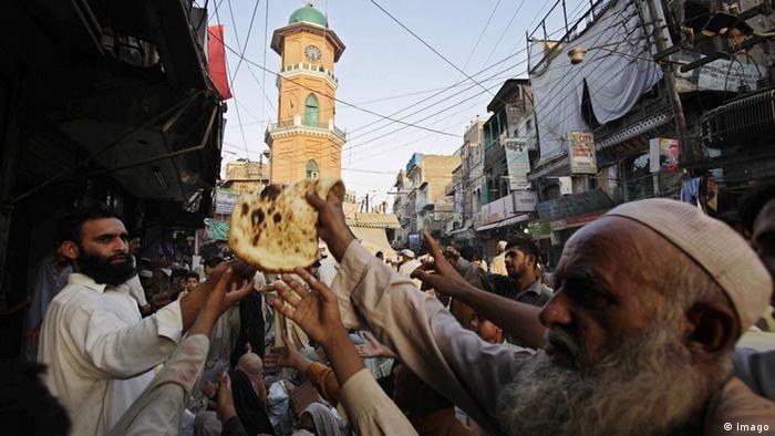 Ramadan Armenspeisung Pakistan (Imago)