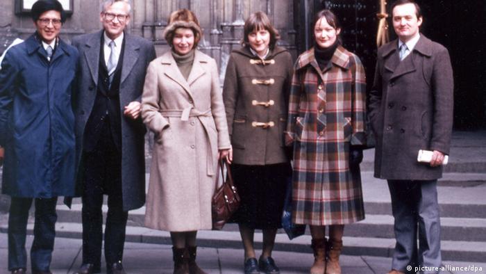 Seis pessoas, das quais três homens e três mulheres