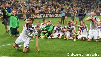 Thomas Müller (2.v.l.) feiert mit der Nationalmannschaft auf dem Rasen im Maracana-Stadion den WM-Titel (Foto: Andreas Gebert/dpa)