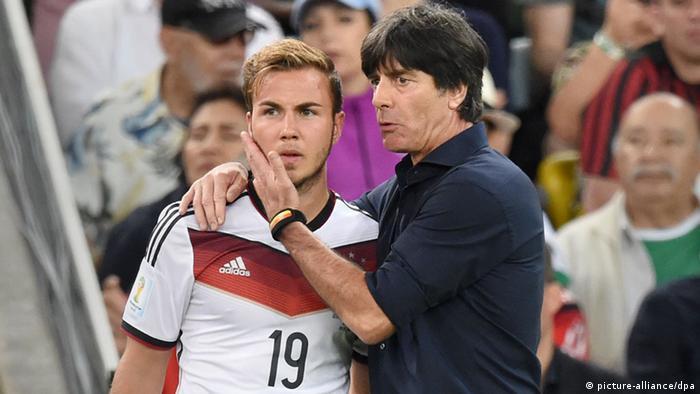 لوف متحدثا إلى غوتسه قبل إشراكه في نهائي مونديال البرازيل، حيث سيهدي الفتى الذهبي اللقب العالمي لألمانيا.