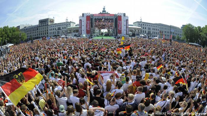 Hunderttausende Fußballfans auf der Fanmeile (Foto: AFP/Getty Images)