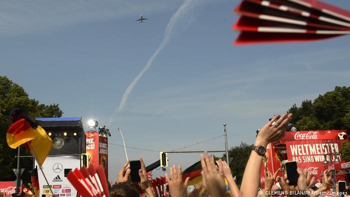 Der Siegelflieger überfliegt die Fanmeile (Foto: AFP/Getty Images)