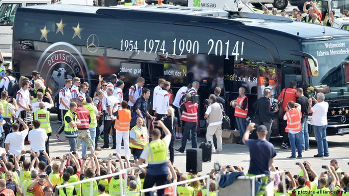 Die Weltmeister steigen in einen Bus um, der sie zum Brandenburger Tor bringen wird (Foto: dpa)