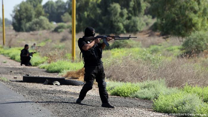 یک شبهنظامی داوطلب شیعی از جناح مقتدا صدر در حول شهر تکریت