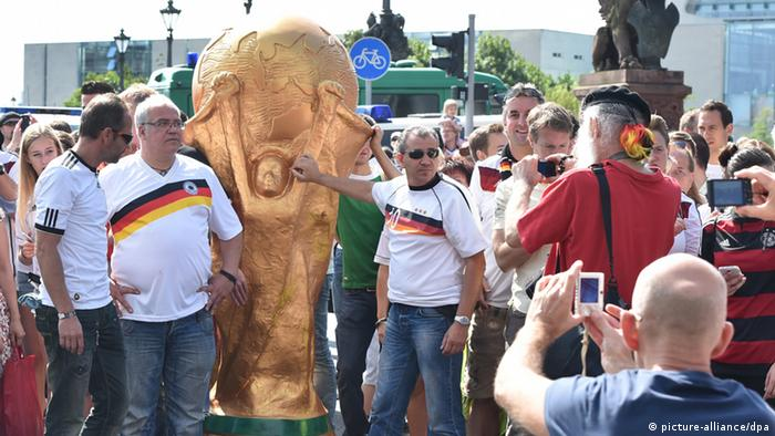 Fans auf der Fanmeile am Brandenburger Tor (Foto: dpa)