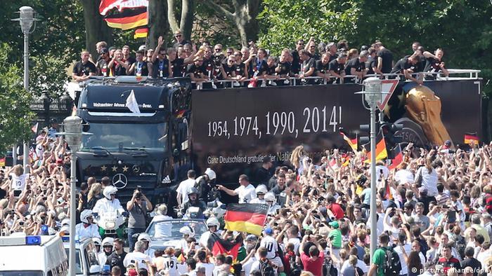 Die Weltmeistermannschaft im offenen Truck auf dem Weg zur Fanmeile (Foto: dpa)