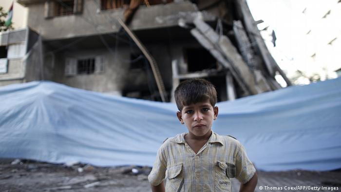 Ein palästinensischer Junge vor einem zerstörten Haus in Gaza-Stadt (Foto: AFP/Getty Images)