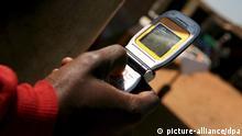 ARCHIV - Ein Mann benutzt am 24.04.2008 in Soweto, Südafrika, ein Mobiltelefon. Soziale Organisationen könnten Internet und Handys laut Experten noch deutlich stärker für ihre Ziele nutzen. EPA/JON HRUSA TO ACCOMPANY DPA STORY BY CHRISTIAN SCHILLER (zu dpa «Mehr digitales Feedback für Hilfsprojekte» vom 16.10.2013) +++(c) dpa - Bildfunk+++