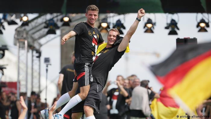 Восторженные фанаты в Берлине приветствуют футболистов сборной - победителей чемпионата мира, июль 2014
