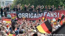 Die Spieler jubeln am 15.07.2014 beim Empfang der Fuball-Nationalmannschaft in Berlin. Nach 1954, 1974 und 1990 ist Deutschland mit einem Sieg über Argentinien zum vierten Mal Weltmeister geworden. Foto: Maurizio Gambarini/dpa